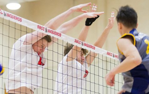 Men's volleyball loses first game of the season in five set match