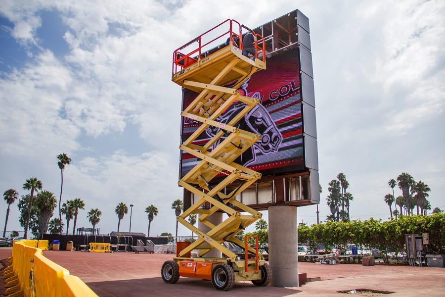Workers+assemble+the+new+video+scoreboard+on+Tuesday%2C+Aug.+25%2C+at+City+College%E2%80%99s+La+Playa+Stadium.